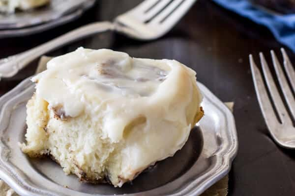 Fluffy warm cinnamon roll made without yeast
